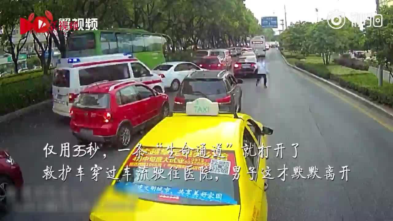 """救护车送受伤婴儿被堵,公交司机35秒帮忙打开""""生命通道"""""""