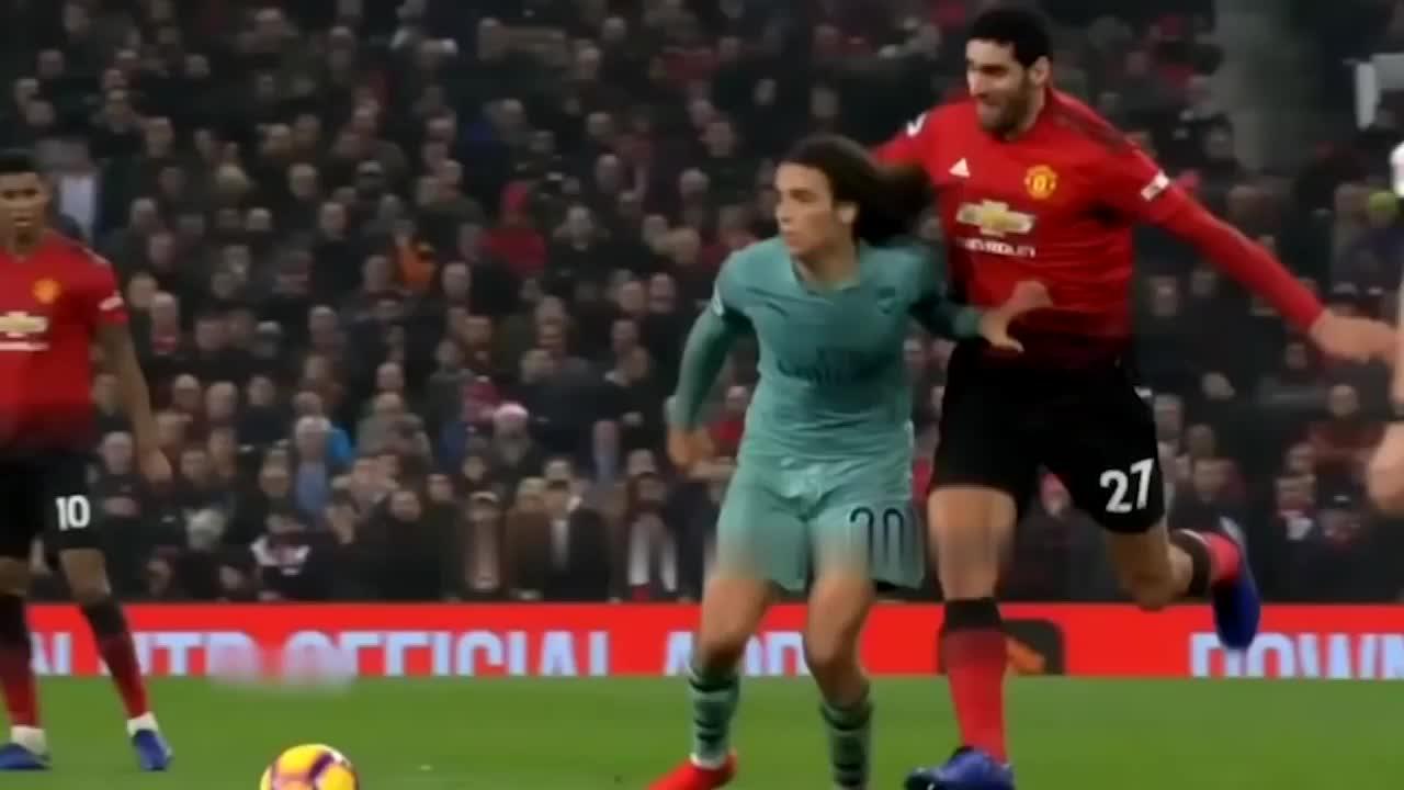 足球赛中那些有趣的犯规时刻,甚至有些搞笑