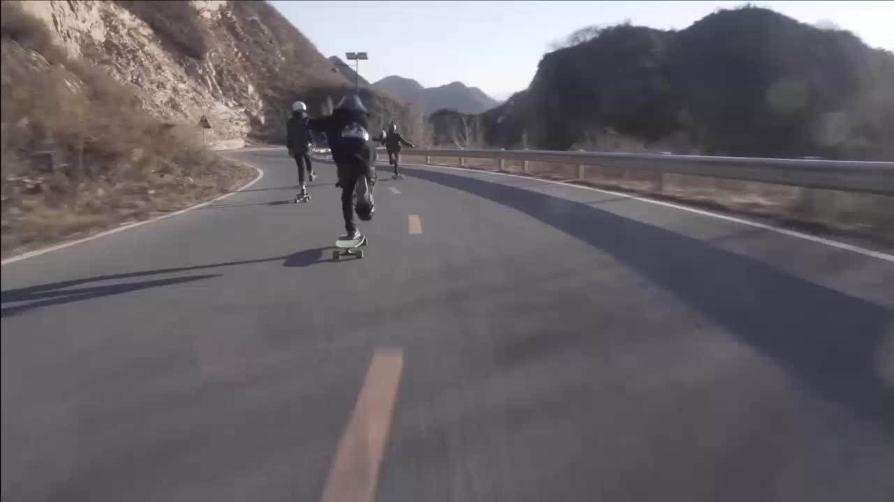 热衷滑板的热血青年 三人爽滑
