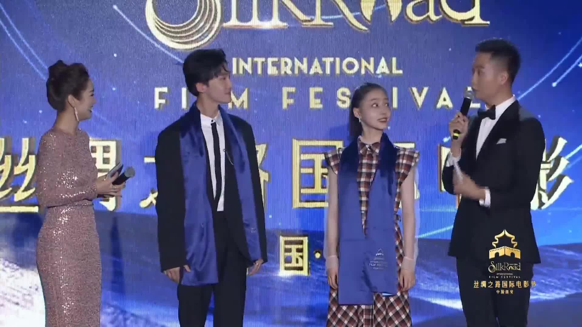 丝路国际电影节交接仪式:青年演员代表胡连馨、李哲豪登台亮相