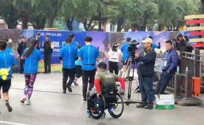 大雁塔北广场 西马的轮椅选手